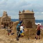 rzezby z piasku nad morzem