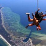 Skok z nieba prosto na plażę - skoki spadochronowe nad morzem