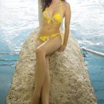 ładne dziewczyny w bikini na plaży