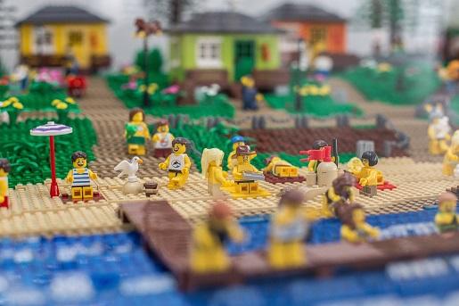 Nadmorska wystawa budowli z klocków LEGO