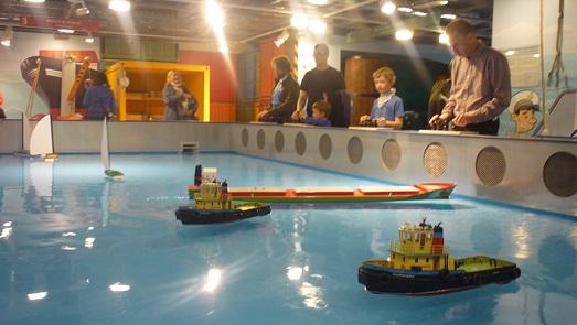 Dzieci sterują statkami-atrakcje w Gdańsku