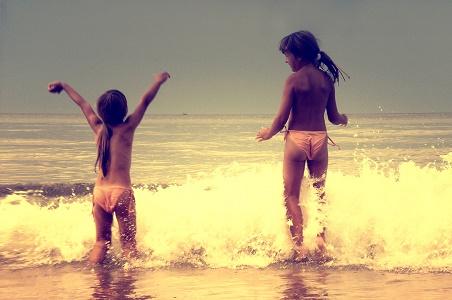 Bałtyk - wakacje www.czasnadmorze.pl -skakać-przez-morskie-fale-bezcenne-Kołobrzeg-plaża