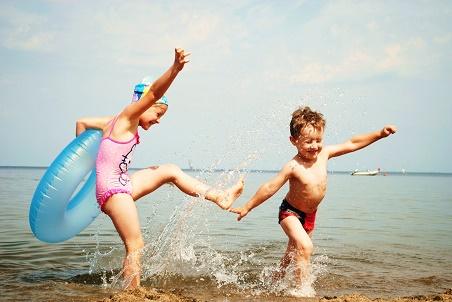 Bałtyk www.dzieckowpodrozy.pl dzieci sie nudza 815-wodne-zabawy-Rewa-dzieci-kochają-Bałtyk